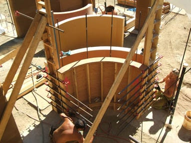 forming-rammed-earth-curved-wall
